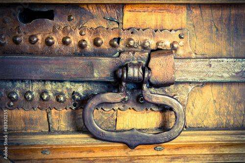 Αφίσα  catenaccio in ferro battuto su portone antico