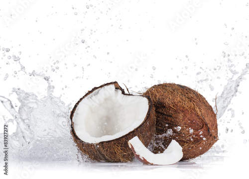 Foto auf Gartenposter Palms Cracked coconuts on white background