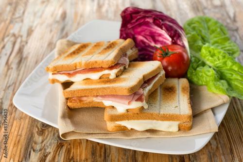 Fotografía  Toast al prosciutto e formaggio