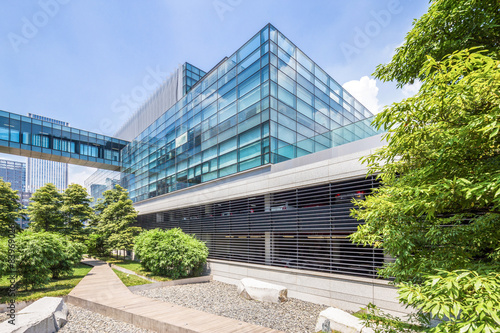 Fototapety, obrazy: modern building and green footpath