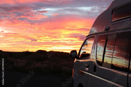 Camper im Sonnenaufgang Fototapeta
