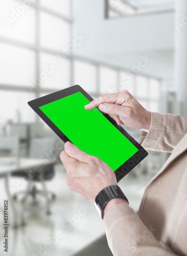 Photo Mani con tablet a sfondo verde