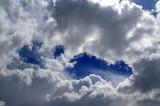 Kawałki nieba wśród chmur