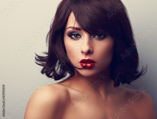 Fotografía  Bright makeup beautiful woman with short black hair style lookin