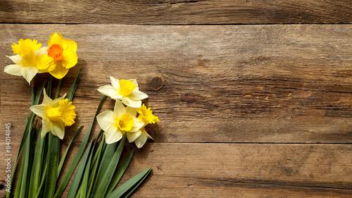 Deurstickers Narcis jonquilles sur texture vieux bois