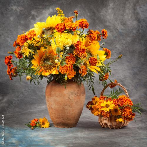 jesienna-martwa-natura-bukiet-zoltych-i-pomaranczowych-kwiatow-w-wazonie