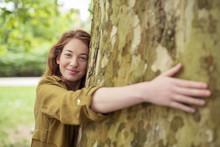 Schöne Junge Frau Umarmt Einen Baum