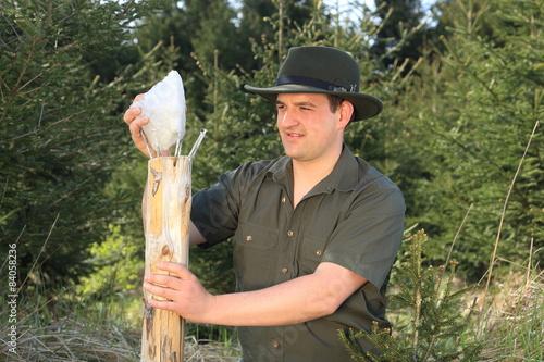 Fotografía  Förster beim Aufstellen eines Salz Lecksteines