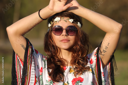 Photo  Young woman in hippie style holding hands on head