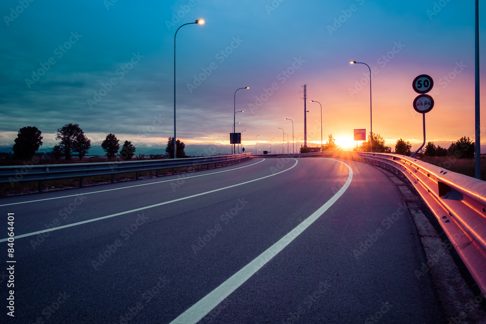 Fototapeta Strada e guard rail al tramonto