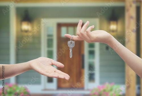 Fotografie, Obraz  Mani con chiavi Sfondo Porta di casa