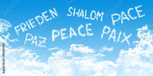 Fotografie, Obraz  Frieden in vielen Sprachen auf Himmel und Wolken Hintergrund