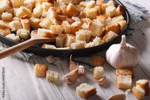 Fotografía  Homemade croutons with garlic macro.  Horizontal rustic