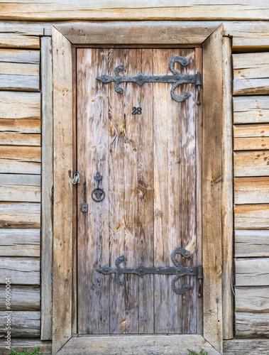 drzwi-w-drewnianej-scianie