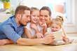 Glückliche Familie mit Tablet PC im Internet