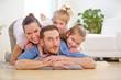 Glückliche Familie und zwei Kinder zu Hause