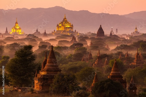 Photo Pagoda landscape at dusk in Bagan