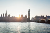 Big Ben i Westminster na tle wschodzącego słońca