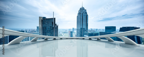 pusta-platforma-i-panorame-miasta