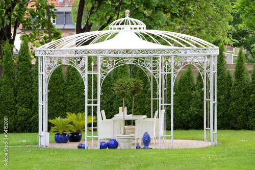 Weißer Gartenpavillon Fototapeta