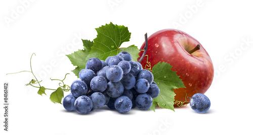 mokre-winogrona-i-czerwone-jablko-na-bialym-tle