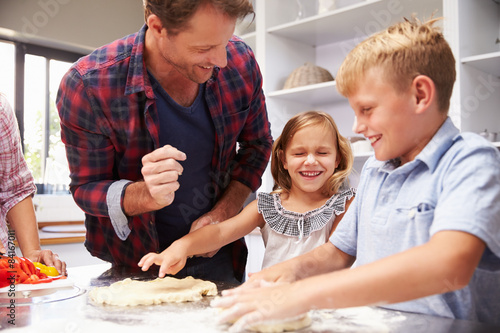 Poster Cuisine Father making pizza with kids