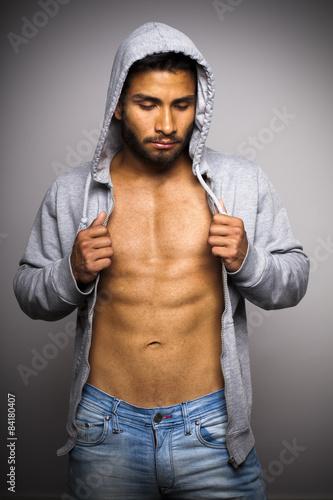 Fotografie, Obraz  Joven atlético con sudadera gris abierta