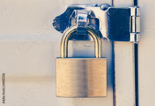 Photographie  Close - up métal cadenas et métal porte blanche