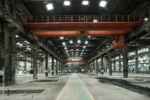 Türaufkleber Alte verlassene Gebäude Empty floor in abandoned factory