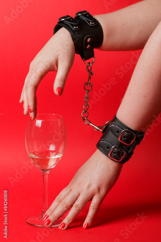Skórzane kajdanki i alkohol