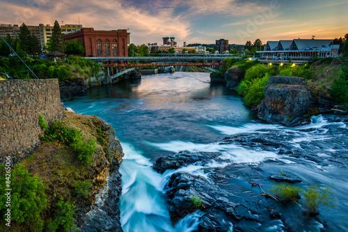 Foto auf AluDibond Wasserfalle Spokane Falls and view of buildings in Spokane, Washington.