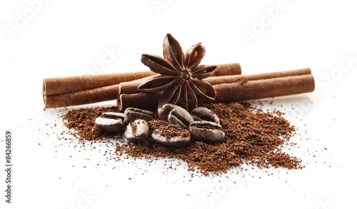 zebrane-ziarna-kawy-z-kawa-w-proszku-na-bialym-tle