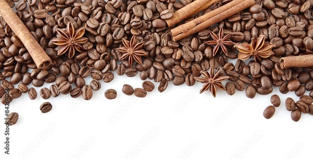 Kawowe fasole przy wierzchołkiem z anyżem i cynamonem na bielu <span>plik: #84267051 | autor: T. Wejkszo</span>