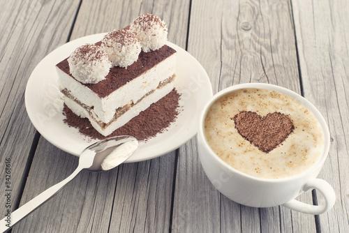kawa-i-ciasto-jako-poranny-posilek-smaczne-jedzenie-w-tle