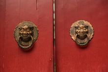 Puerta Roja De Madera Con Tiradores En Bronce, China.