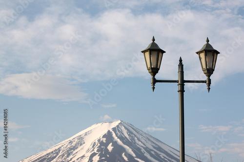Photo  Mount Fuji and green lantern park.