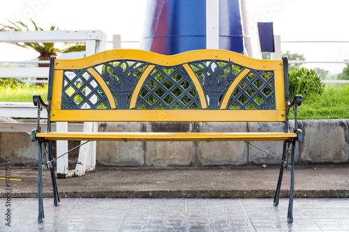 Photo sur Aluminium Oiseaux en cage painted steel bench
