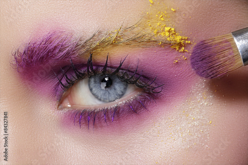 Spoed Foto op Canvas Beauty Close up on eyes , making colorful eyeshadows and eyeliner