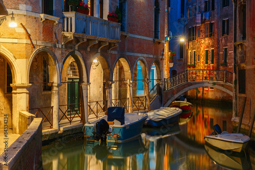 Poster de jardin Canal Night lateral canal and bridge in Venice, Italy