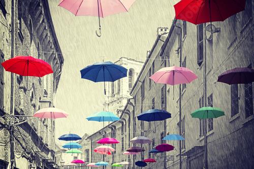 vintage-filtrowane-parasole-wiszace-nad-ulica