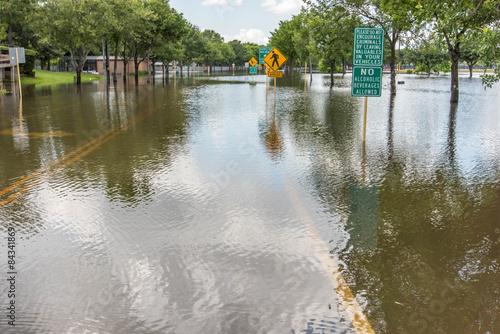 Plakat zalane drogi i krajobrazy w Houston w Teksasie po ulewnych deszczach