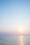 Morze Okinawa, zachód słońca i blade niebo - 84355071