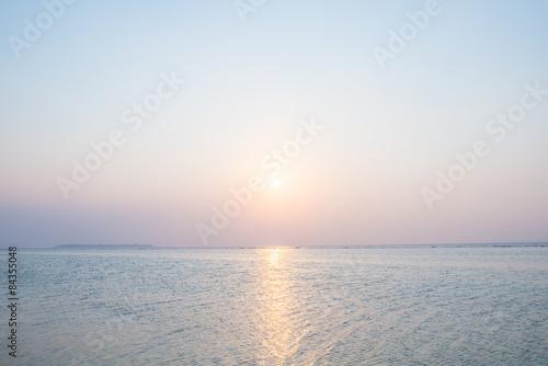 Staande foto Zee / Oceaan 沖縄の海・夕日と淡い空