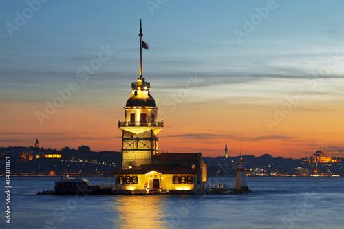 Photo  Maiden's Tower illuminated at sunset. Istanbul,
