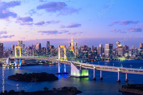 Montage in der Fensternische Tokio Evening View of Tokyo Skyline, Rainbow Bridge, and Tokyo Tower