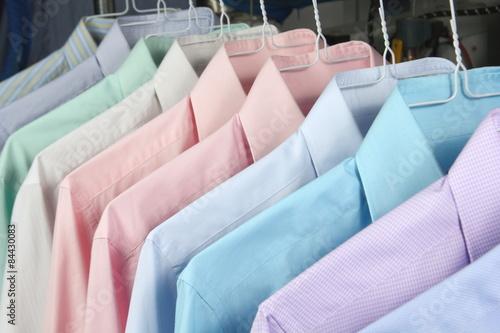 camisas en la tintoreria recien planchadas