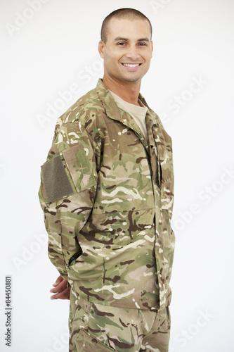Fotografía  Retrato del estudio del soldado vestido con uniforme