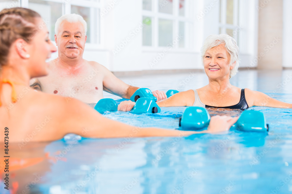 Fototapeta Leute bei Wassergymnastik in Physiotherapie