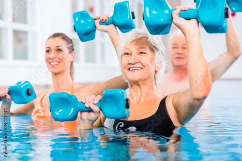 Fotografie, Obraz  Leute bei Wassergymnastik in Physiotherapie