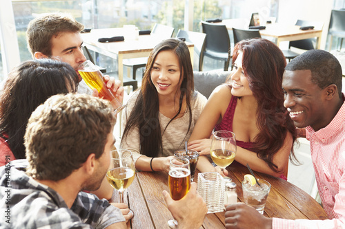 Fotografía  Grupo de amigos que disfrutan de la bebida en el bar al aire libre en la azotea